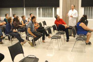 Dr leandro Avany Nunes fala na reunião de pacientes pré e pós operados da Clínica Mova.